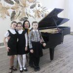 Базанова Таисия, Елизавета Филюк и Анастасия Гончарова со своим преподавателем Е.С.Филюк